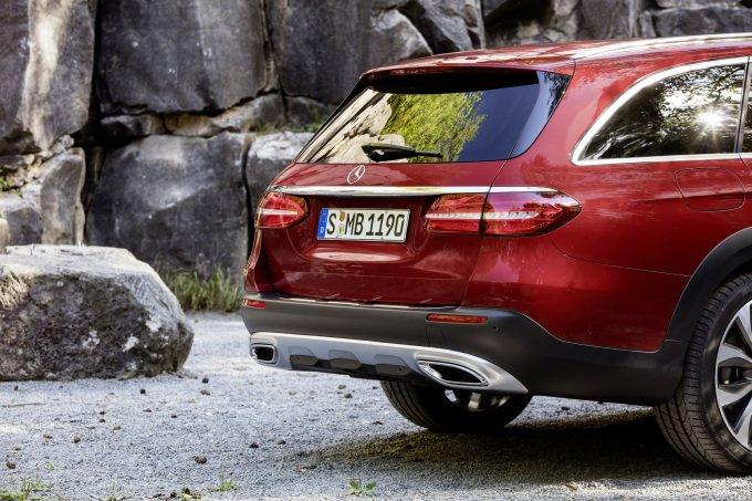 В задней своей части автомобиль All-Terrain также отличается характерным для данной модели трёхсекционным бампером
