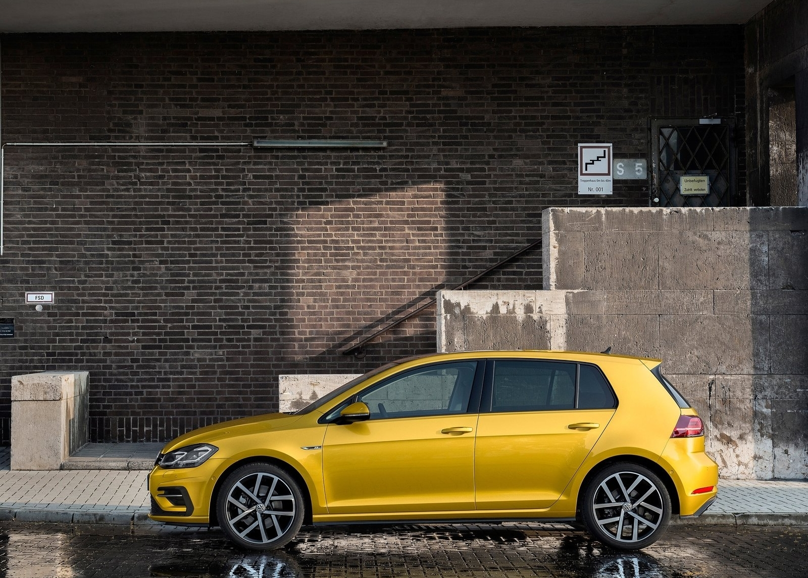 У европейских дилеров Volkswagen модель Golf VII 2017 появится ближе к весне следующего года