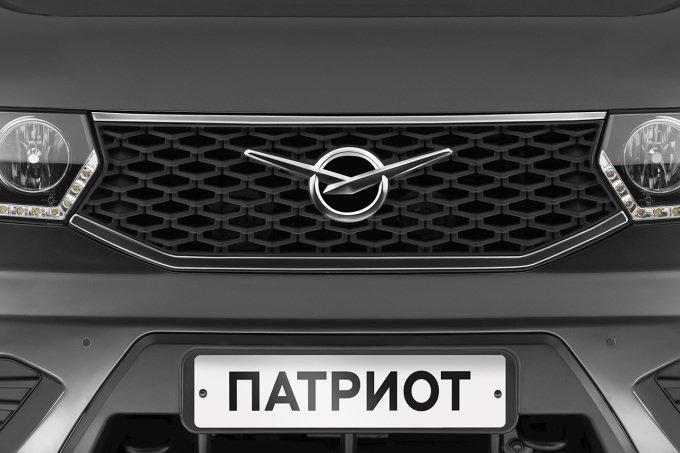 Решетка радиатора обновленного «УАЗ ПАТРИОТ» выполнена в новом стиле с увеличенным логотипом УАЗ и хромированными элементами