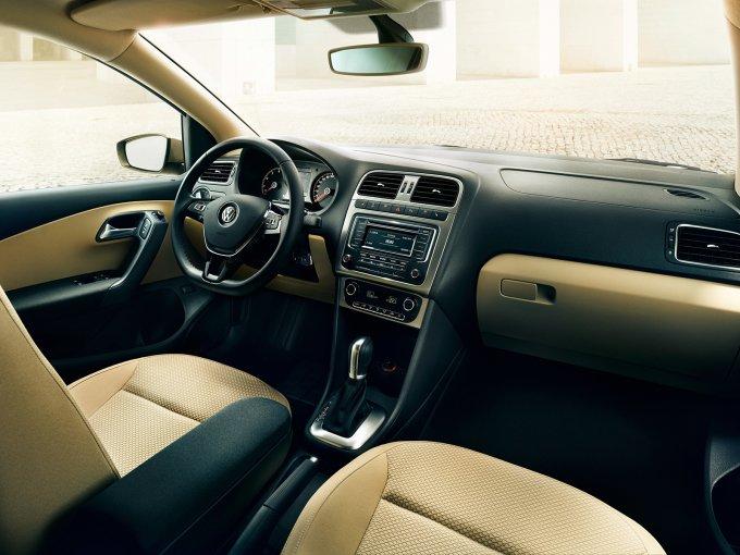 Volkswagen Polo Sedan 2015-. Интерьер стал привлекательнее внешне, но материалы практически такие же