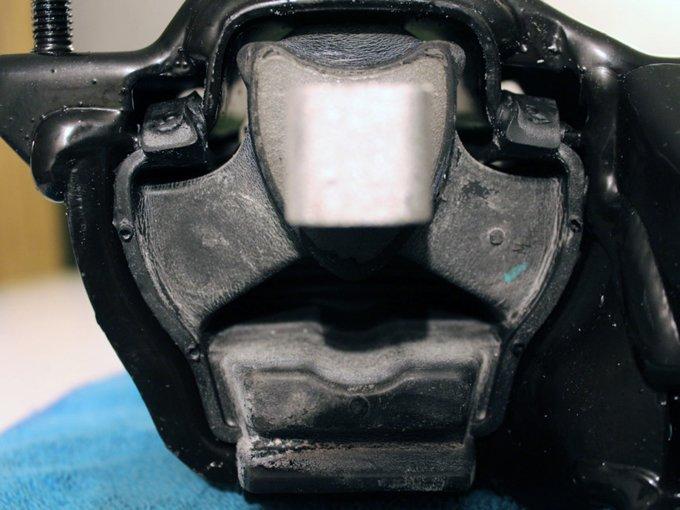 Подушки двигателя и КПП порой быстро трескаются и проседают, передавая вибрацию на кузов