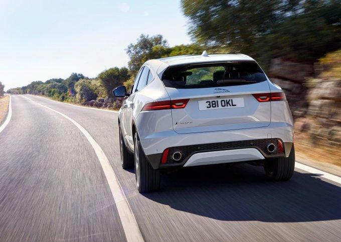 Резкий скос крыши и характерный контур боковых окон напоминают о спортивной составляющей бренда Jaguar