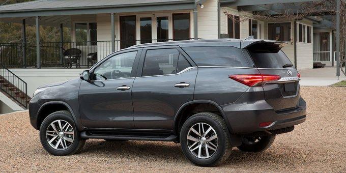 Экстерьер Toyota Fortuner второго поколения отвечает двум основным требованиям: не ограничивать геометрическую проходимость и оставаться узнаваемым в модельном ряду марки