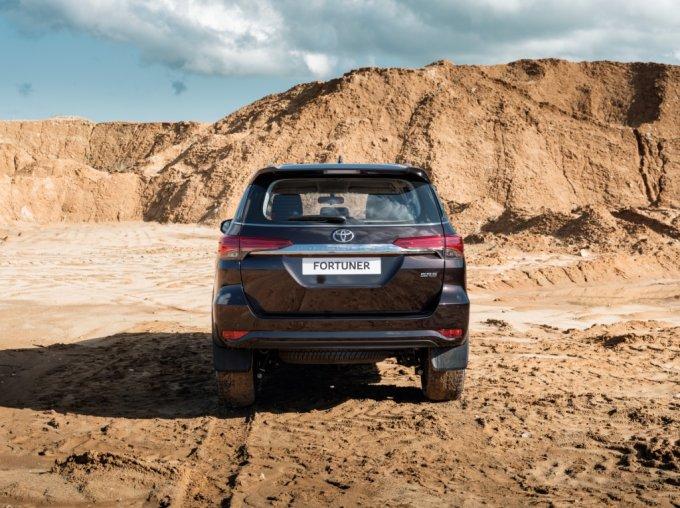 Внедорожник Fortuner позиционируется производителем как модель, стоящая на ступень ниже бестселлера Land Cruiser Prado