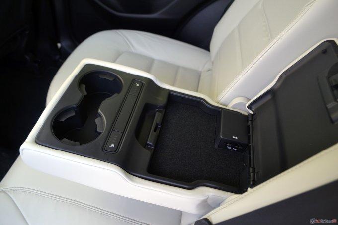 В подлокотнике для задних пассажиров есть бокс для смартфонов, две USB-зарядки, подстаканники и трехступенчатый подогрев сидений