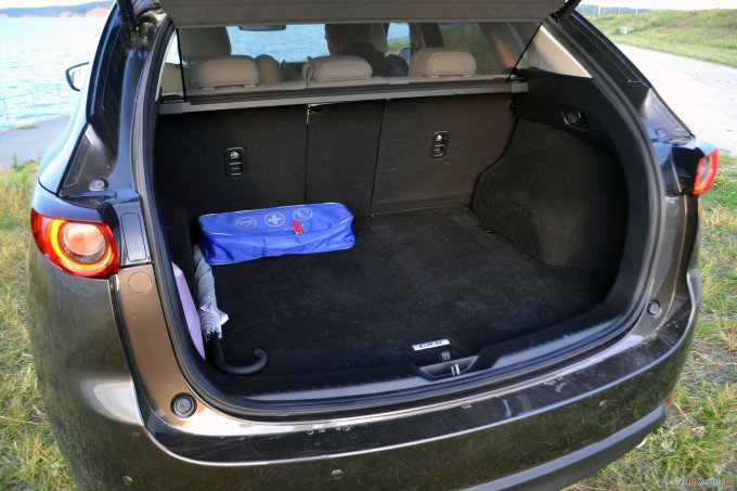 Багажник не огромный — 442 литра — но больше, чем у машины первого поколения