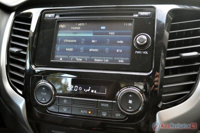 Климат-контроль только однозонный. Мультимедийная система умеет подключаться к телефону по Bluetooth и выводить изображение с камеры заднего вида. По большому счету всё. Меню не переведены на русский совсем или переведены частично. Навигации нет, выводить экран мобильника на дисплей система тоже не умеет