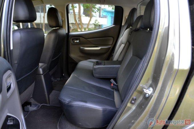 Сзади достаточно места для ног, есть крепления IsoFix для детских кресел и подлокотник — это все удобства. По углу наклона спинка не регулируется. Над головой места хватает, стеклоподъемники без автоматического режима (автоматический режим есть только у водительского стекла)