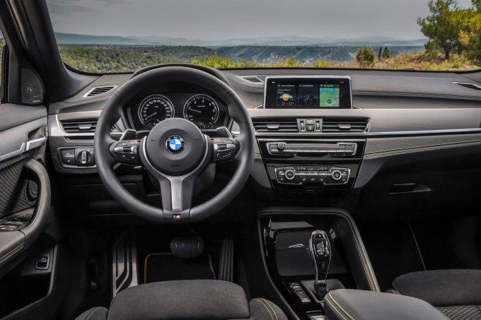 Салон сильно перекликается с интерьером BMW X1 текущего поколения