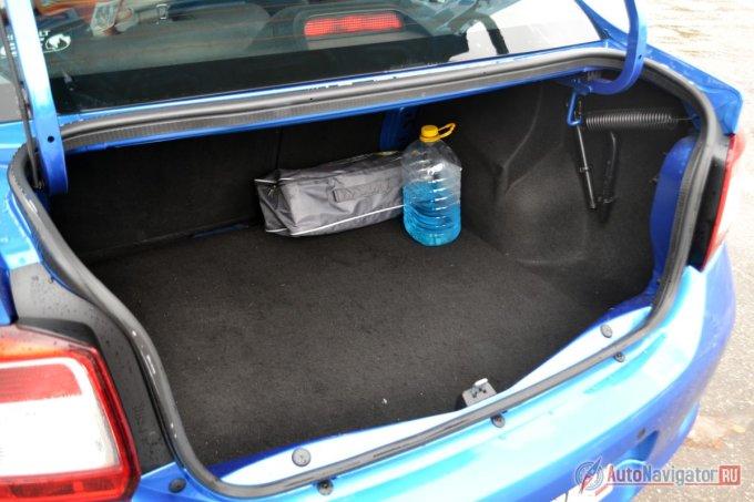 Багажник большой — 510 литров, но у него сложная форма и огромные петли, которые при закрытии крышки воруют очень много полезного объема. Спинка задних сидений разрезная и может складываться по частям, однако ровного пола не получается: будет и ступенька, и наклон. Сама по себе обшивка багажника держится всего на нескольких клипасах. На крышке багажника обшивки нет. Под полом лежит полноразмерная запаска на штампованном (даже если остальные диски литые) диске. Там же, в нише, есть место для нескольких пятилитровых бутылок незамерзайки, для дорожного набора, инструментов или огнетушителя