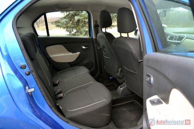 Задний диван очень хорош для того, чтобы сидеть там втроем. В плечах будет тесновато, но из-за того, что диван почти плоский, среднему пассажиру ничего не мешает. Для колен места достаточно. Ещё один большой плюс — это спинки передних сидений из легко моющегося материала. Под сиденьями много места для ступней. В максимальной комплектации в распоряжении задних пассажиров будет три подголовника, электростеклоподъемники и подстаканник. Плюс карманы в спинках задних сидений и в дверях