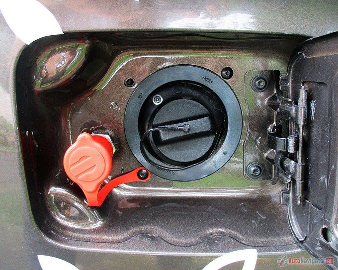 Штуцер для заправки метаном скрыт под штатным лючком бензобака