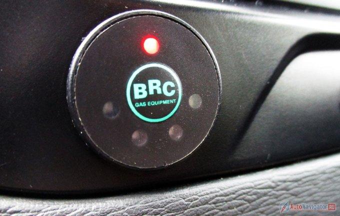 Индикация объема газа. Эта же кнопка переключает потребление на бензин