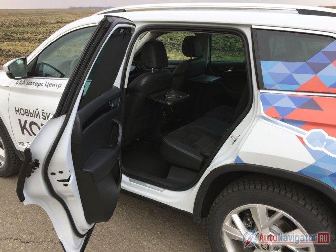 Дверные проему у автомобиля очень широкие, попасть в салон через них не составляет труда