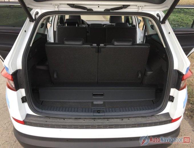 Даже при поднятом третьем ряде кресел в багажнике остается место для поклажи