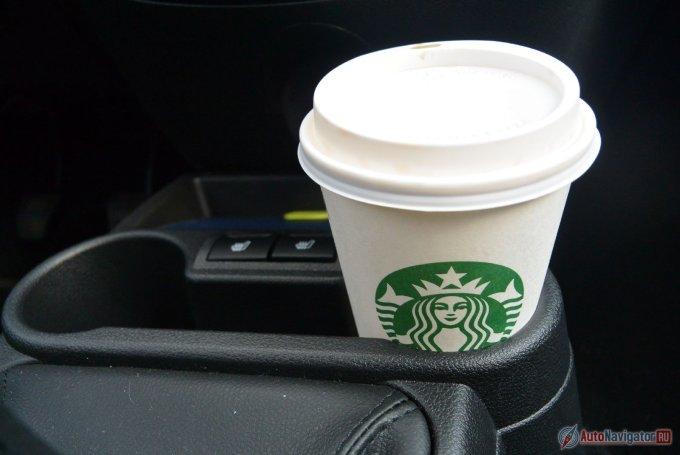 В подстаканники для водителя и пассажира не поставить стакан крупнее стандартного из Starbucs, будет мешать переключению передач.