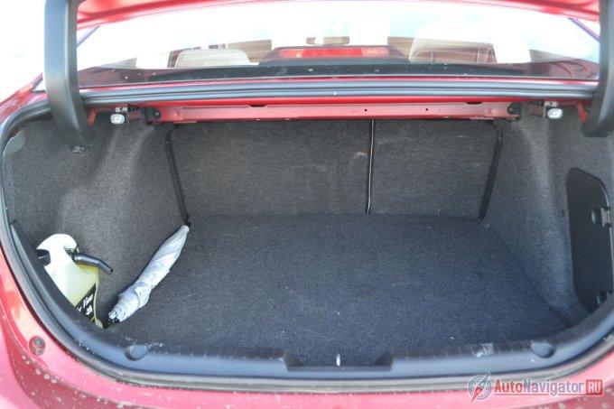 Багажник объемом чуть больше 400 литров. Плохо то, что полезный объем съедают большие петли крышки багажника. Нет лючка для длинномеров, зато при сложенных спинках заднего дивана получается идеально ровный пол без ступеньки, а сам проем правильной прямоугольно формы.
