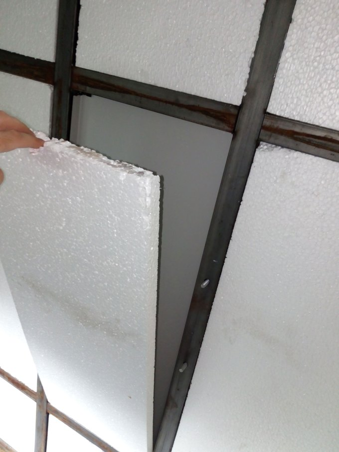 На тыльной стенке спальника «Чайка-Сервис» пространство между трубами каркаса заполнено плитами пенополистирола